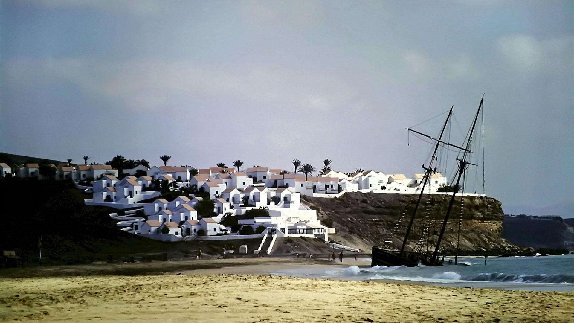 """Das Schiffswrack """"Rose of Sharon"""" am Playa del Matorral Fuerteventura in den 1980igern."""