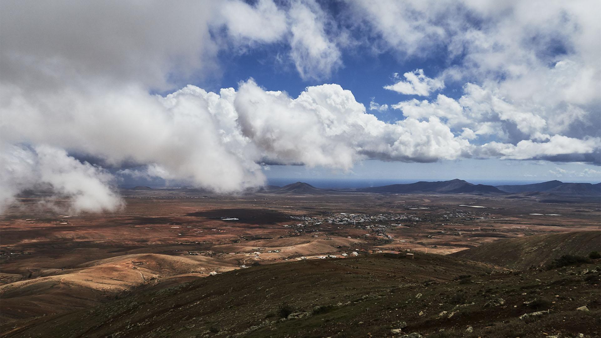 Dramatische Ausblicke bei wolkigem Wetter am Morro Velosa Fuerteventura.
