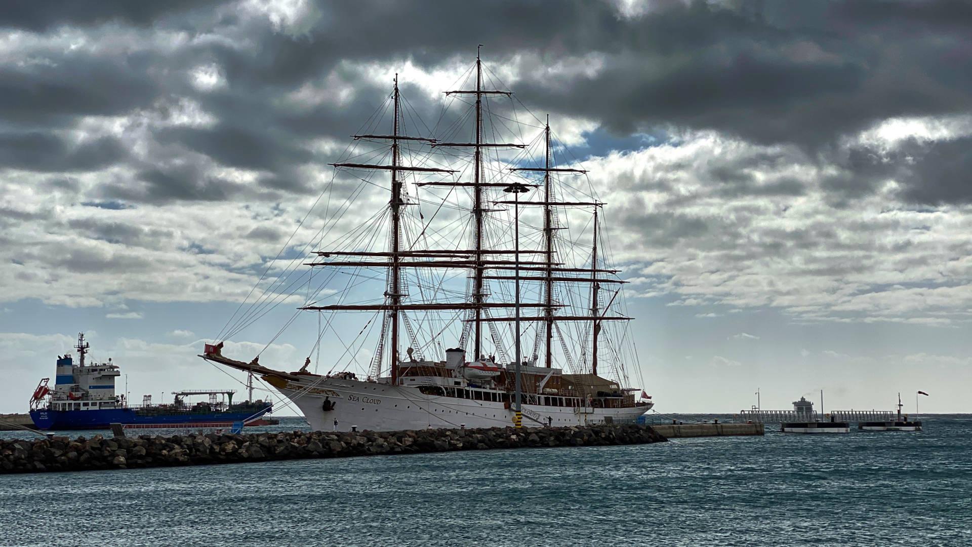 Das Luxuskreuzfahrtschiff Sea Cloud im Hafen von Puerto del Rosario.