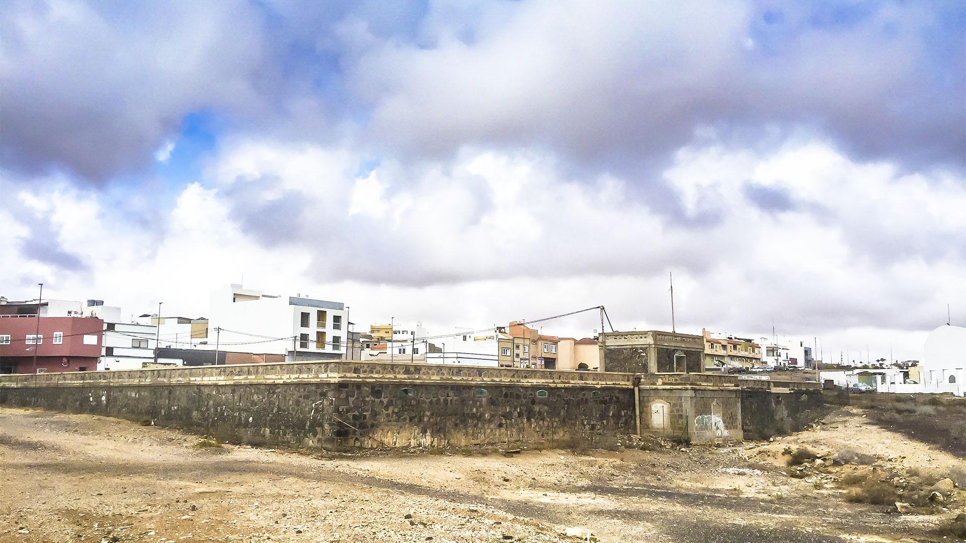 """Erster Wassertank von Puerto del Rosario Fuerteventura im Bezirk """"El Charco"""" """"die Pfütze""""."""