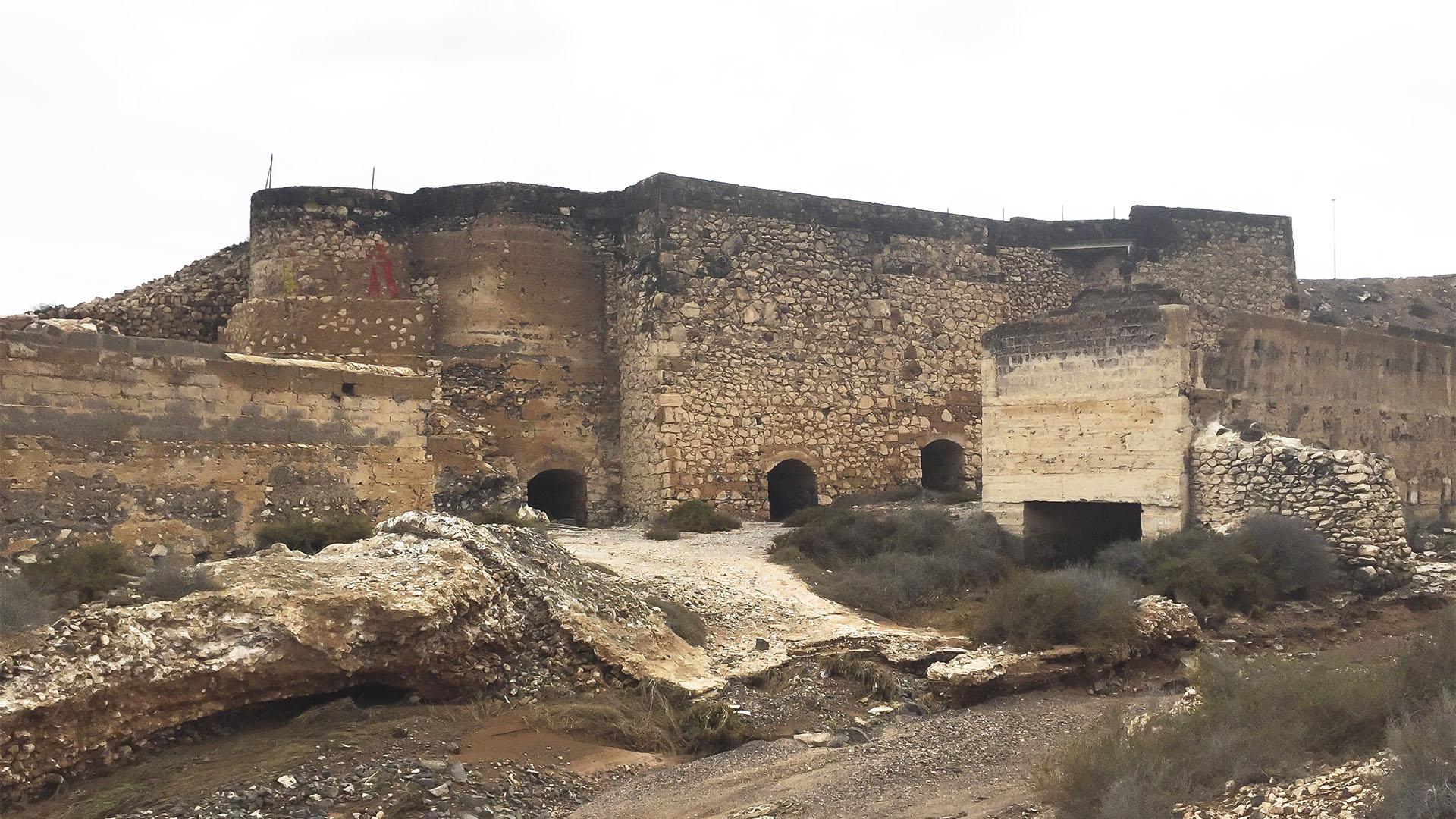 Die mächtigen historischen Kalköfen im Barranco Hondo westlich von Puerto del Rosario Fuerteventura.