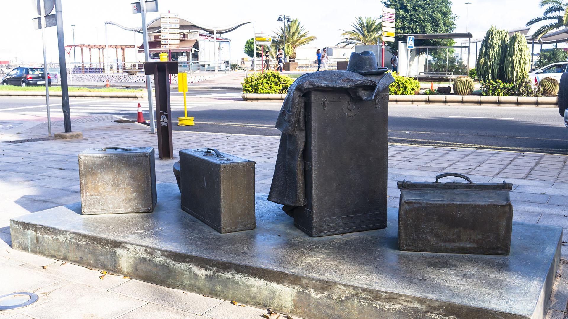 "Der Skulpturenpark in Puerto del Rosario Fuerteventura: Eduardo Úrculo präsentiert 2000 sein Werk ""Equipaje de ultramar""."