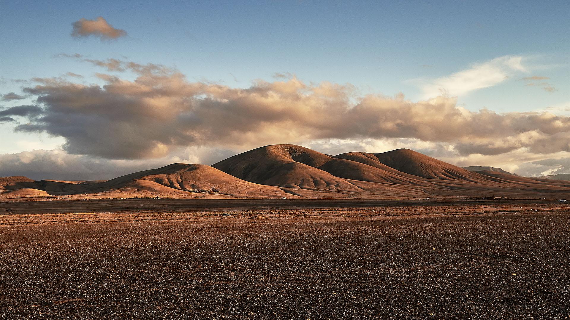 Die Bergkette südliches der Ortes El Roque.