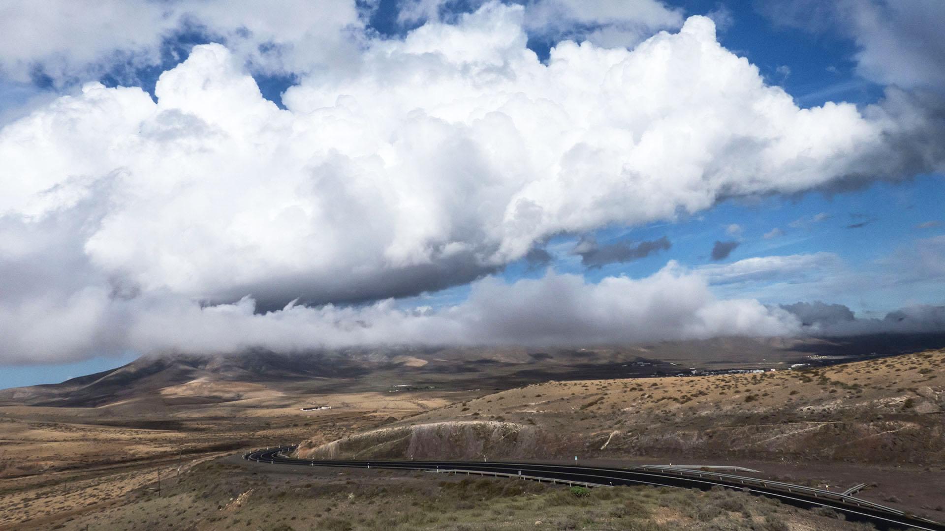 Blick von La Ampuyenta Fuerteventura zum Pico de Fortaleza (597 m) und Casillas del Ángel.