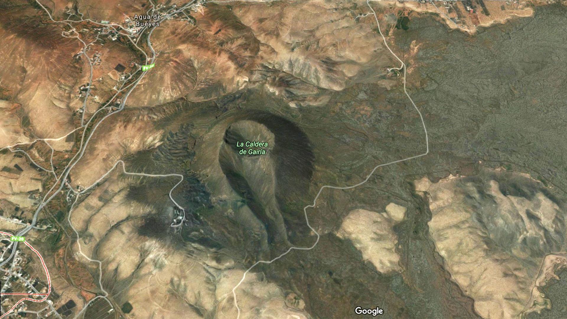 Der alte Vulkankegel Caldera de Gairía bei Agua de Bueyes Fuerteventura. Im Inneren des Kraters findet sich eine alte Majorero Siedlung.