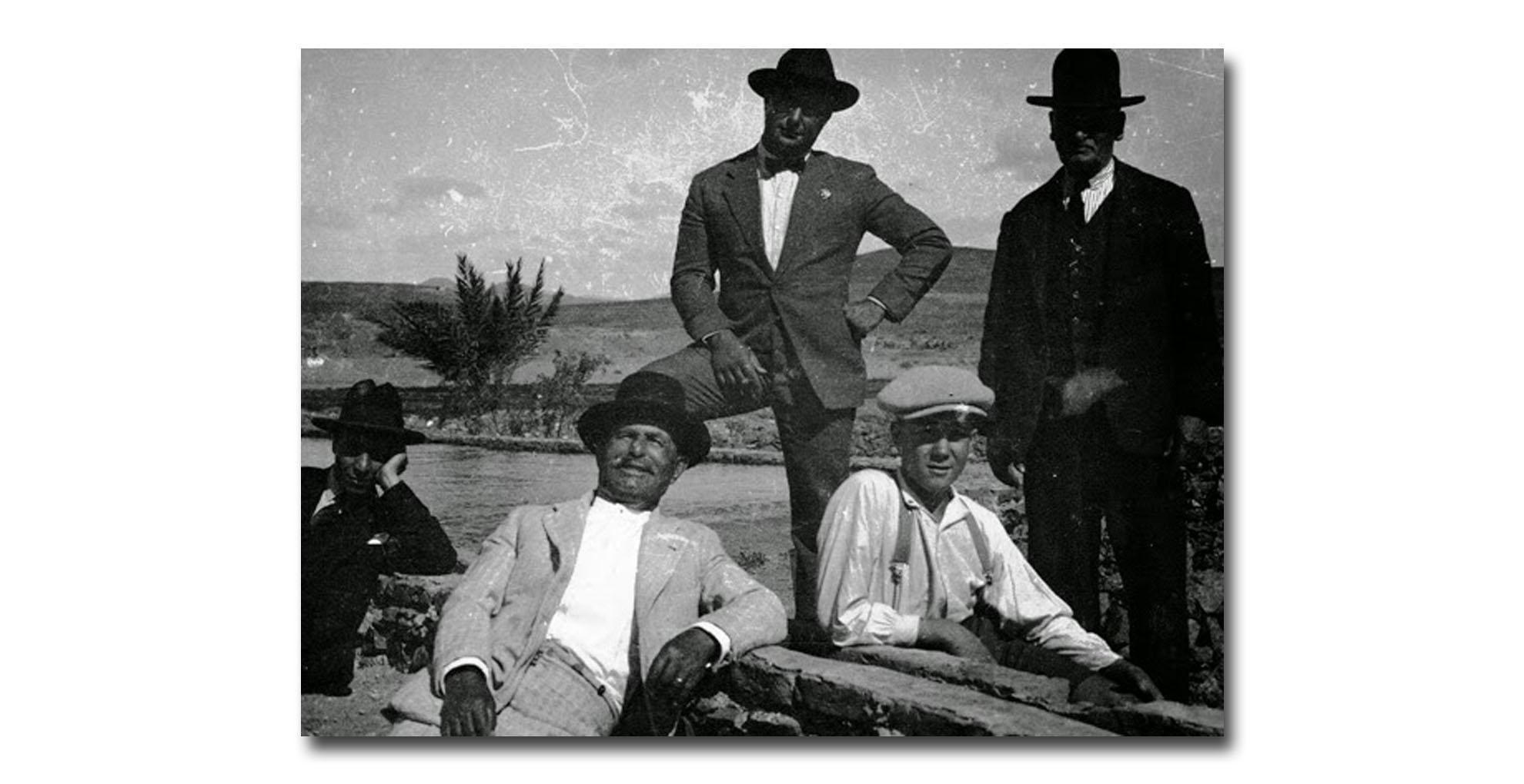 """Matías López Hernández (links) und Matías López Morrales (rechts) Gran Tarajal """"El Charco"""" 1925."""