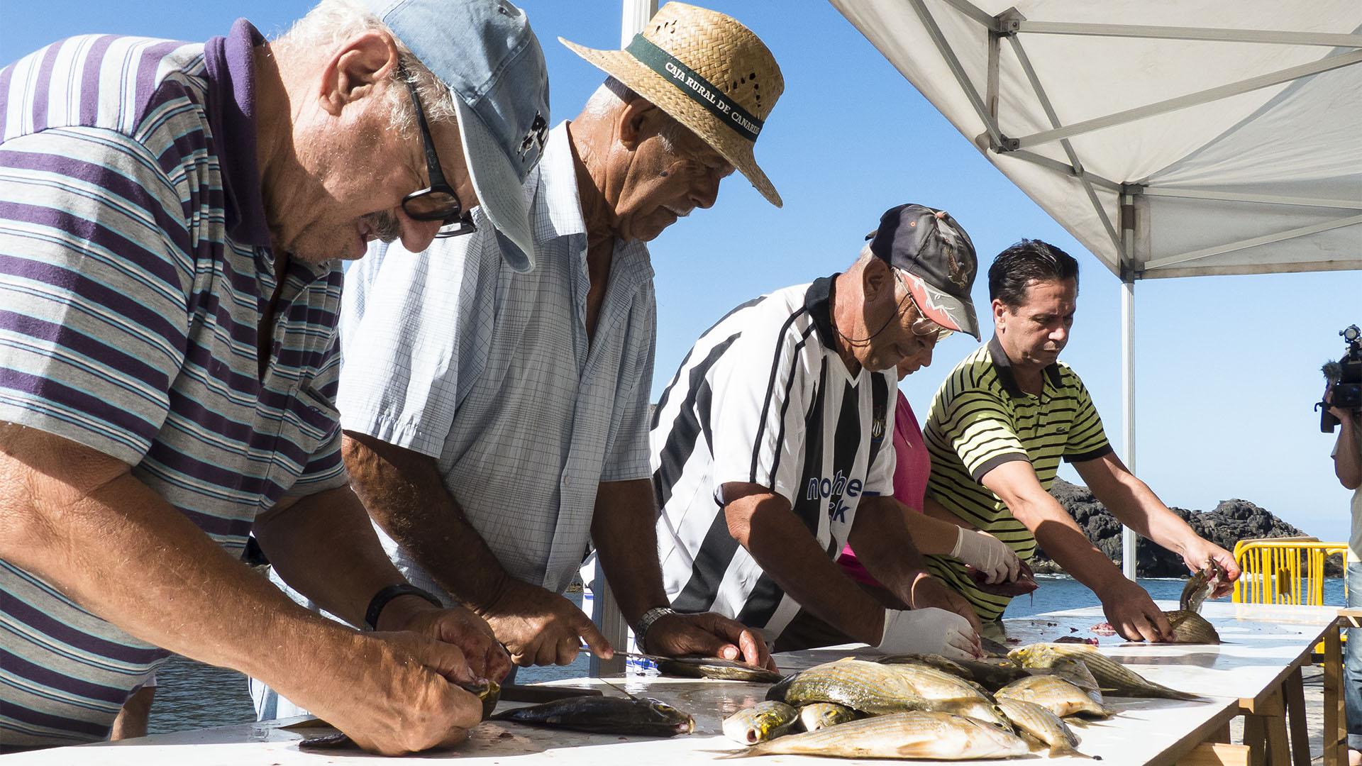 El Cotillo Fiesta Virgen del Buen Viaje El Cotillo Fuerteventura –Fischessen an der Muellito de los Pescadores.