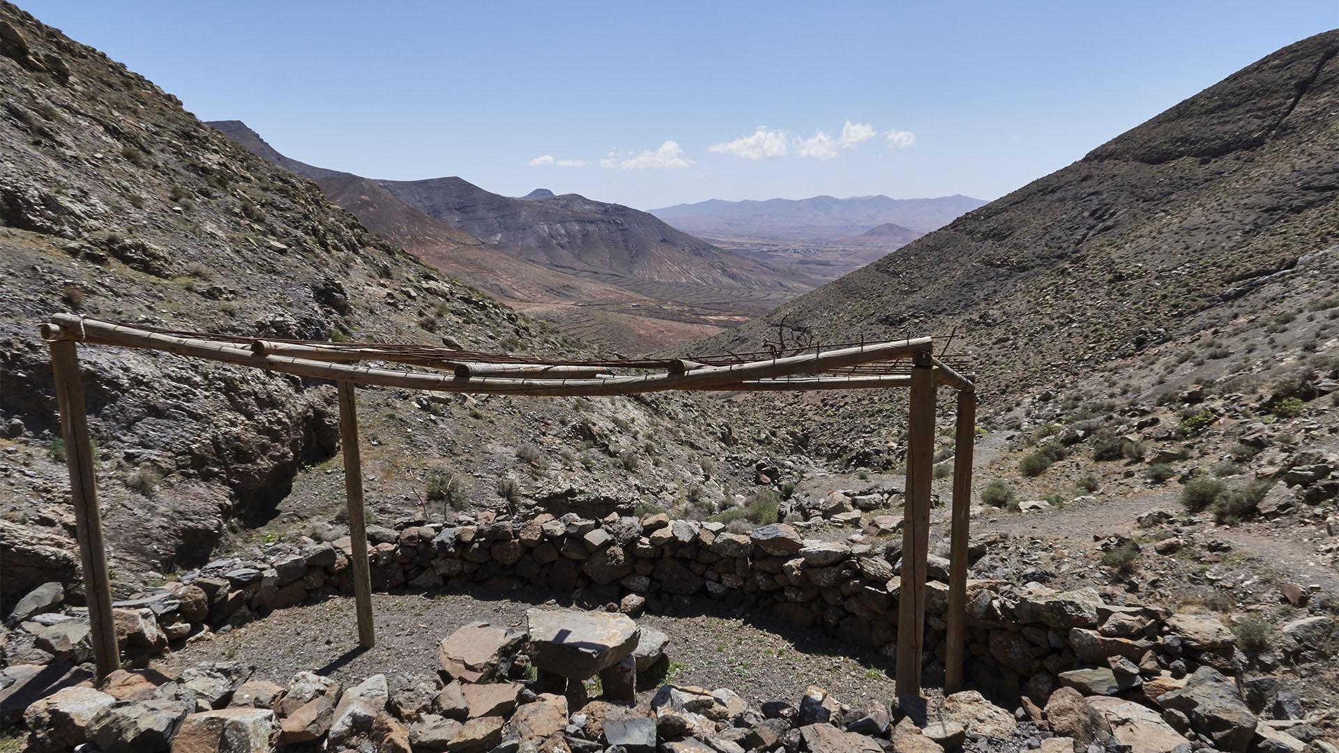 """Der Grillplatz oberhalb der der dritten Quelle –""""Fuente El Poecito""""."""