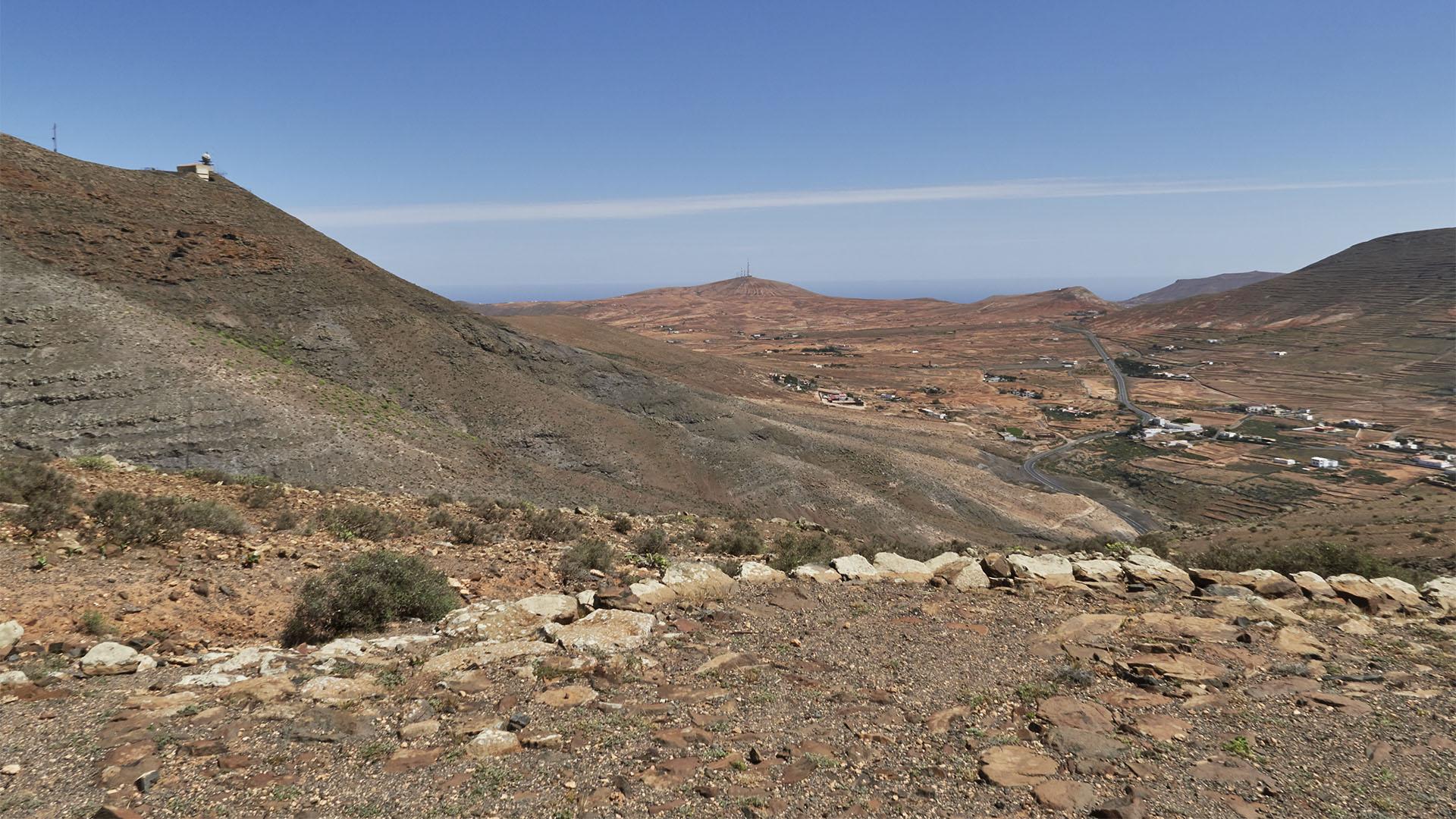 Blick vom Aussichtspunkt 1 auf die Radarstation am Montaña de la Muda und La Matilla.