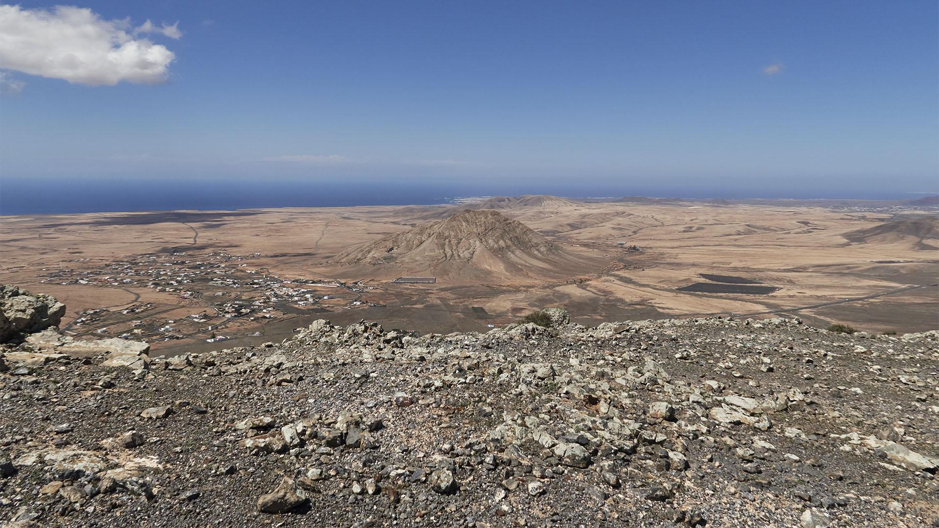 Blick vom Aussichtspunkt 2 auf den Montaña Sagrada de Tindaya.