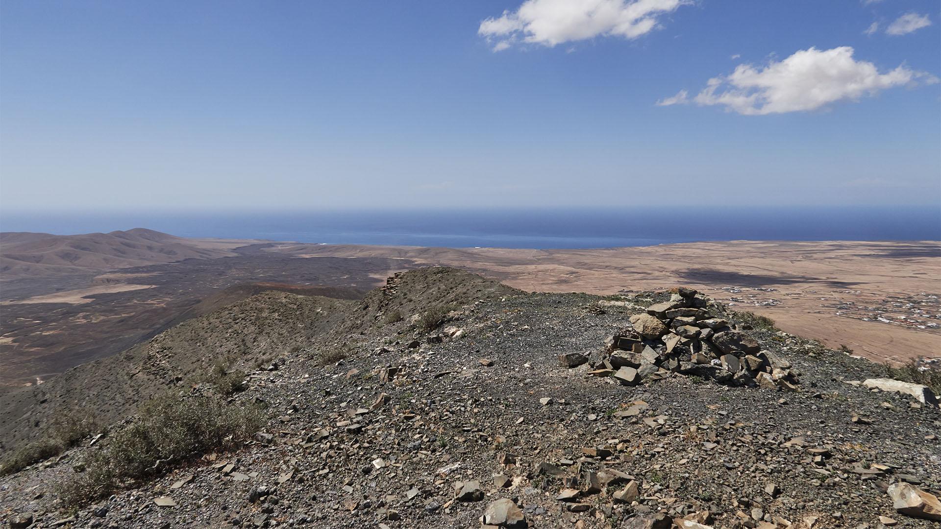 Blick vom Aussichtspunkt 3 auf die Westküste von Fuerteventura.