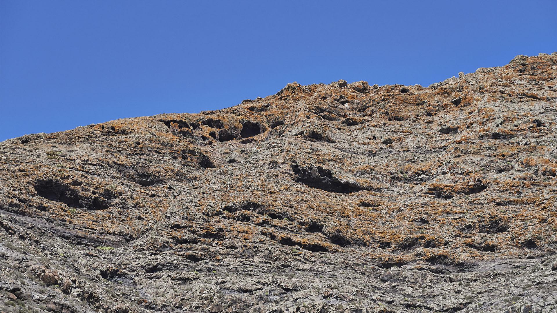 Die Höhlen in der Westwand des Montaña de la Muda Fuerteventura.