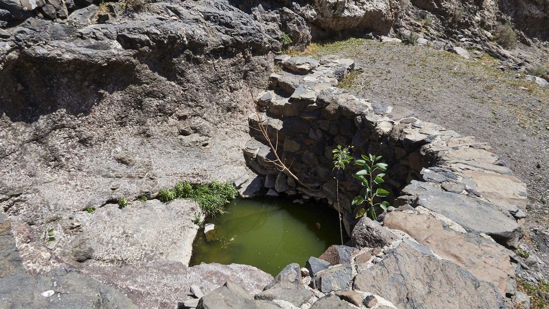 """Die erste Quelle – """"Fuente El Risco"""" – der steile Felsen."""