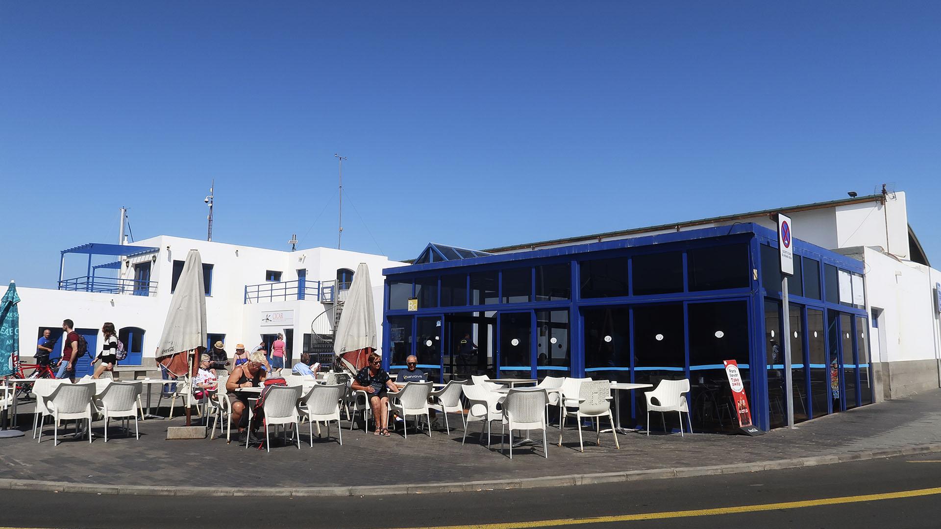 Der Fährhafen in Corralejo Fuerteventura –bis kurz vor dem an Bord gehen, kann in der Sonne gesessen werden.