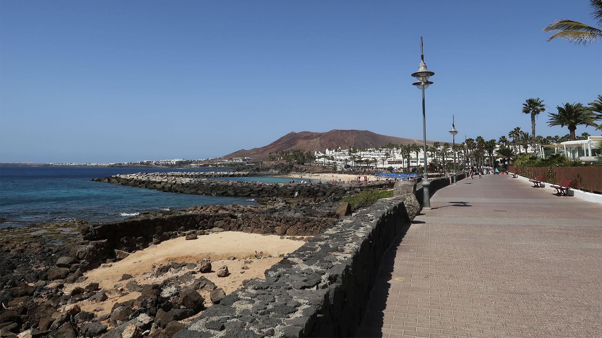 Der schöne Paseo von Playa Blanca führt bis zum Leuchtturm Faro Punta de Pechiguera Lanzarote.