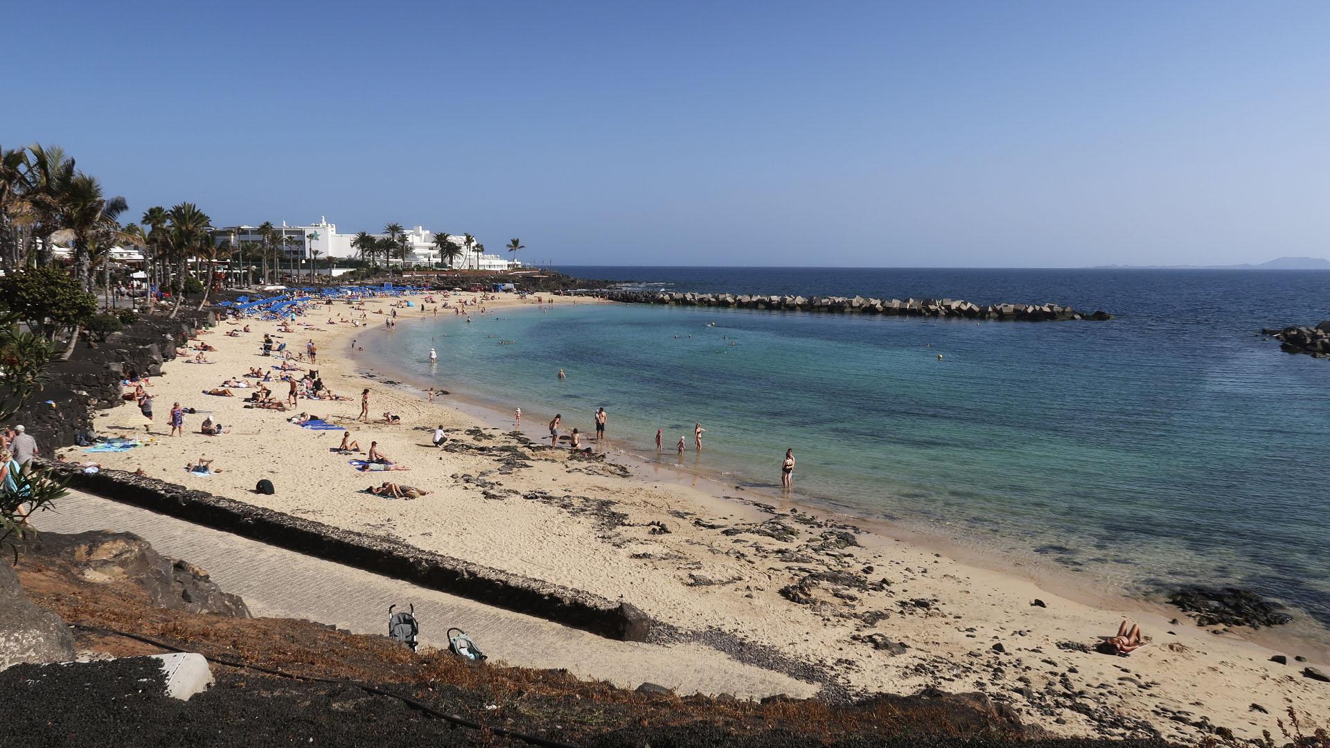 Playa Flamingo mit seiner künstlichen Badebucht direkt am Paseo von Playa Blanca Lanzarote.