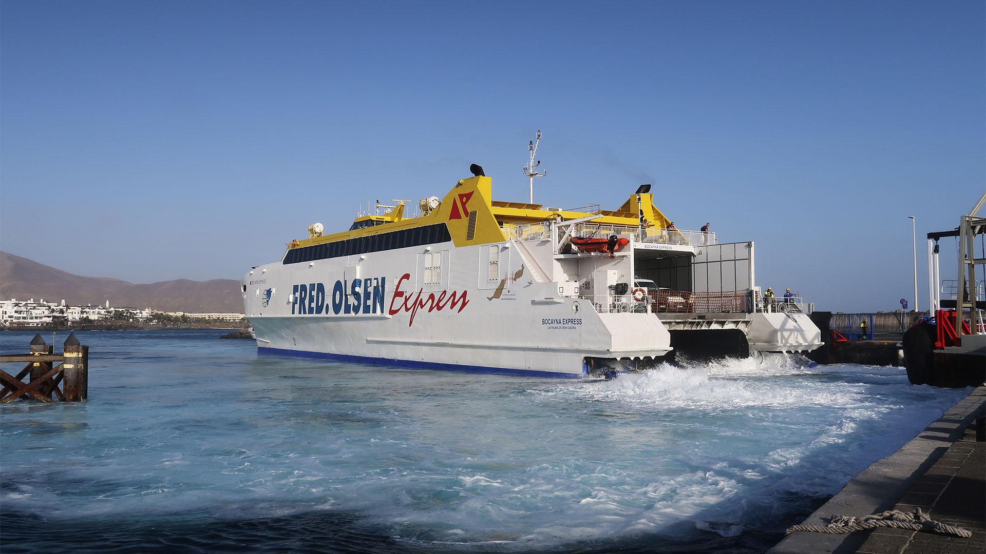 Die Fred Olsen Jet Fähre läuft in Playa Blanca Lanzarote ein. Die Jetmotoren sprudeln das Wasser des gesamten Hafenbeckens auf.