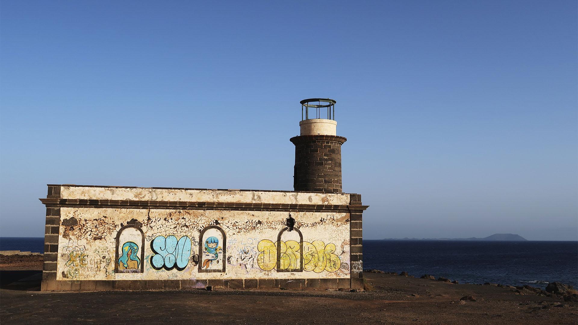 Der alte Leuchtturm Faro Punta de Pechiguera Lanzarote. Im Hintergrund zeichnet sich die Isla de Lobos ab.