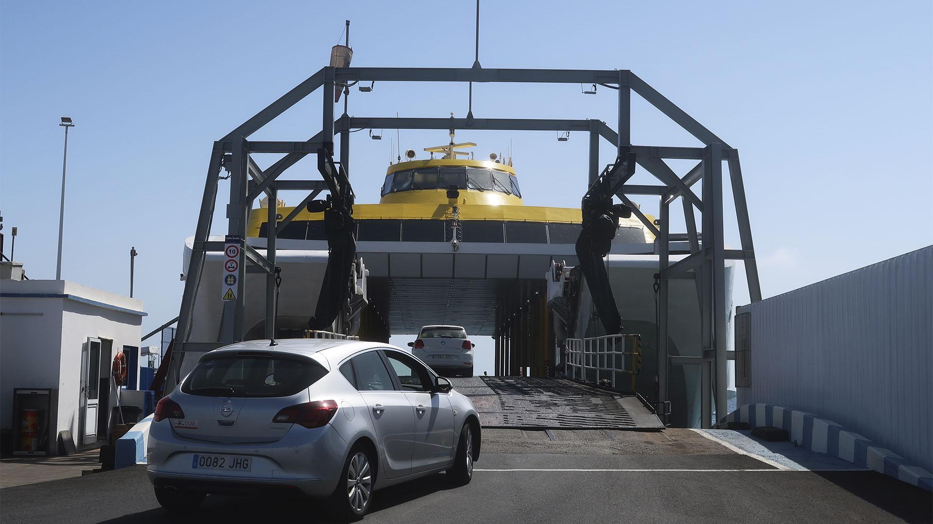 Der riesige Bauch des Katamarans der Fred Olsen Jet Fähre im Hafen von Corralejo Fuerteventura.