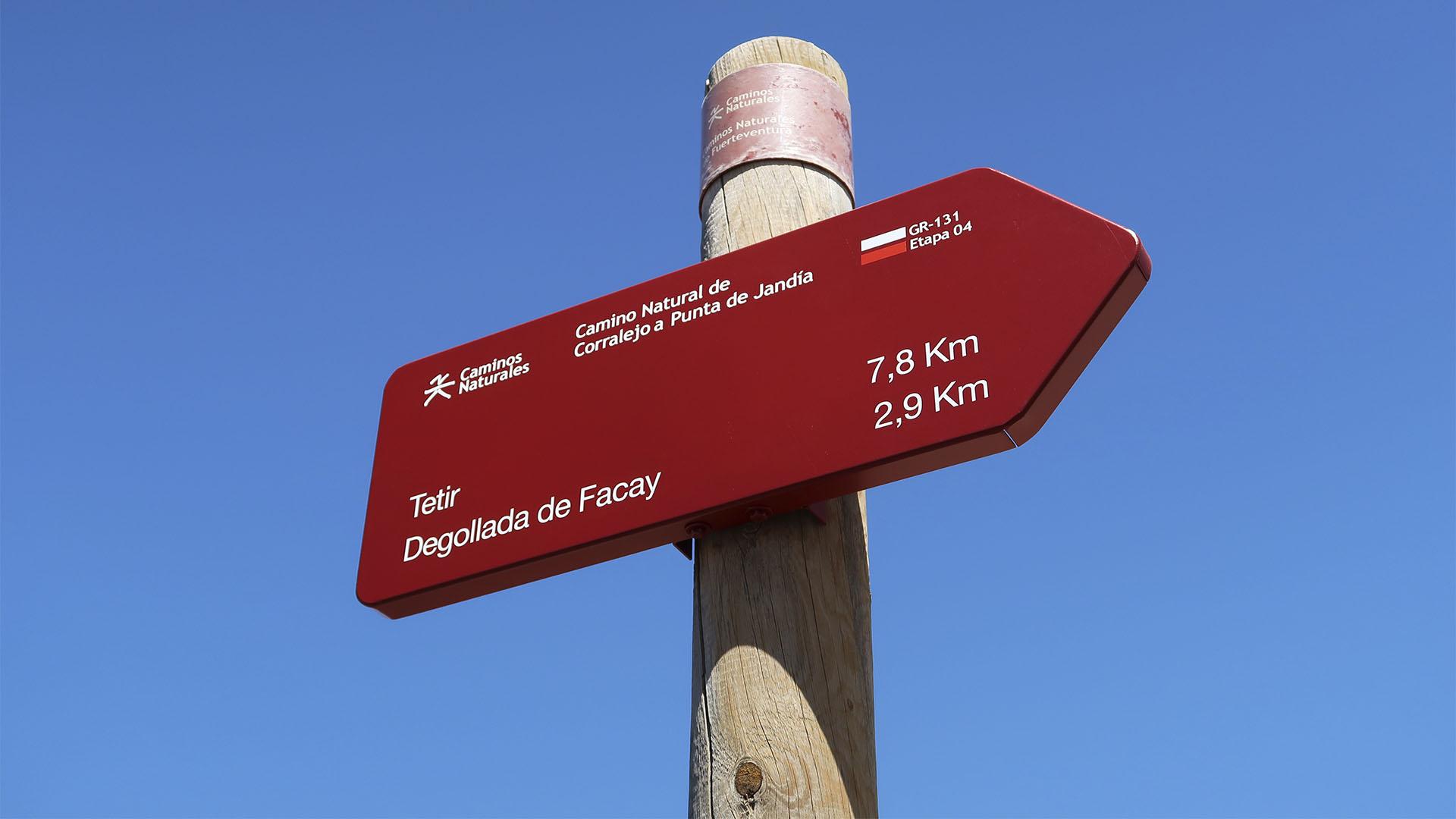 Die Wanderwegweiser auf Fuerteventura –knallrot und gut sichtbar so vorhanden.