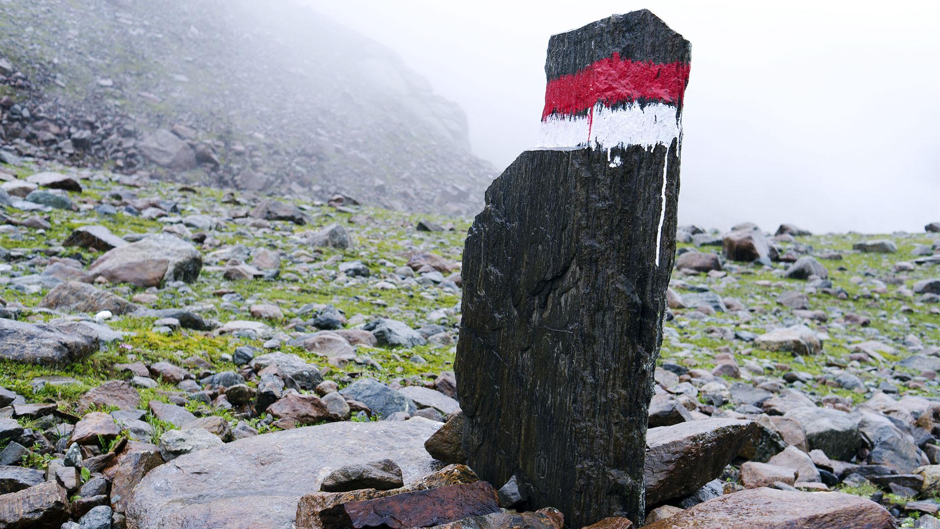 Der Klassiker in den Alpen –Wegmarkierung rot und weiss – bei Nebel und bei Nacht gut zu erkennen.