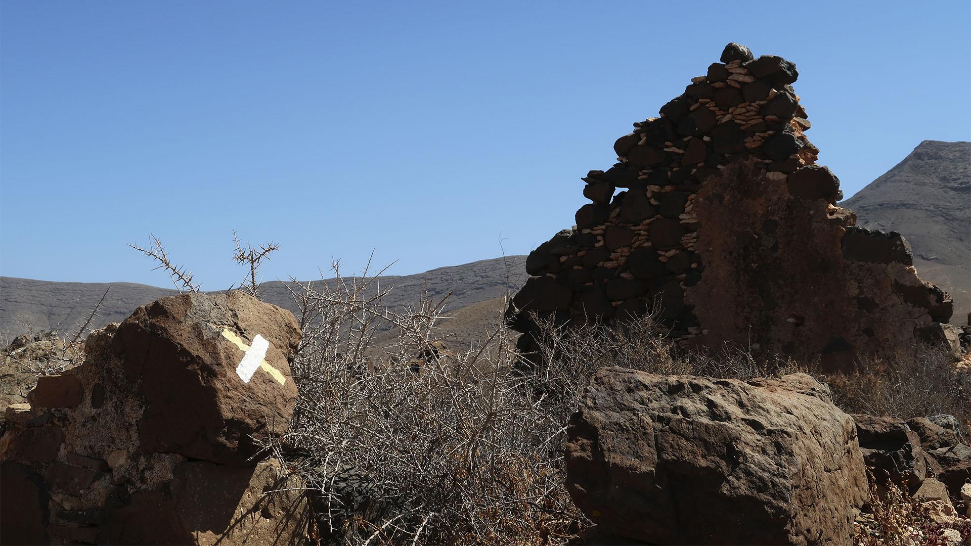 Die Wegmarkierung auf Fuerteventura –weiss und gelb –gek, falscher Weg.