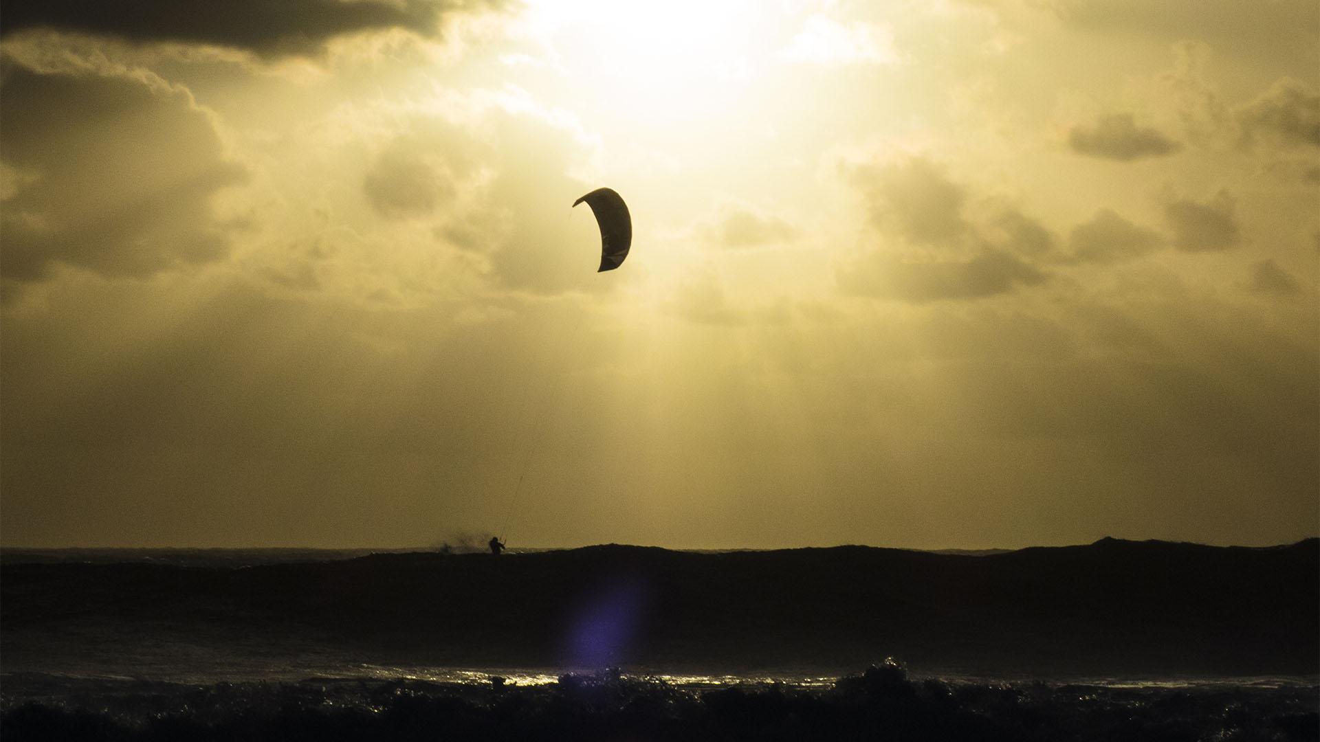 Kitesurfen auf Fuerteventura unter dem herbstlichen Abendhimmel – unvergesslich.