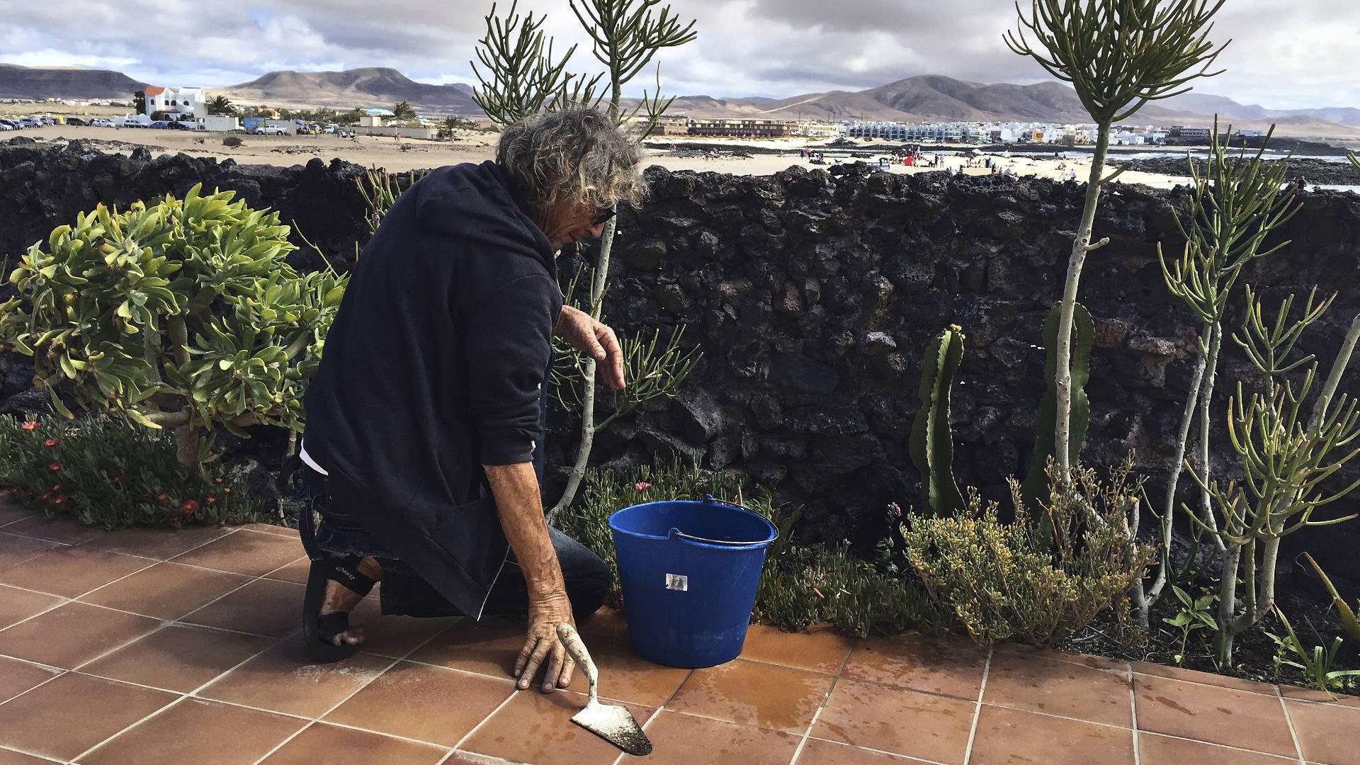 """Die Häuser am Punta de la Barra aka """"La Concha"""" und ihr Facility Manager Jo."""