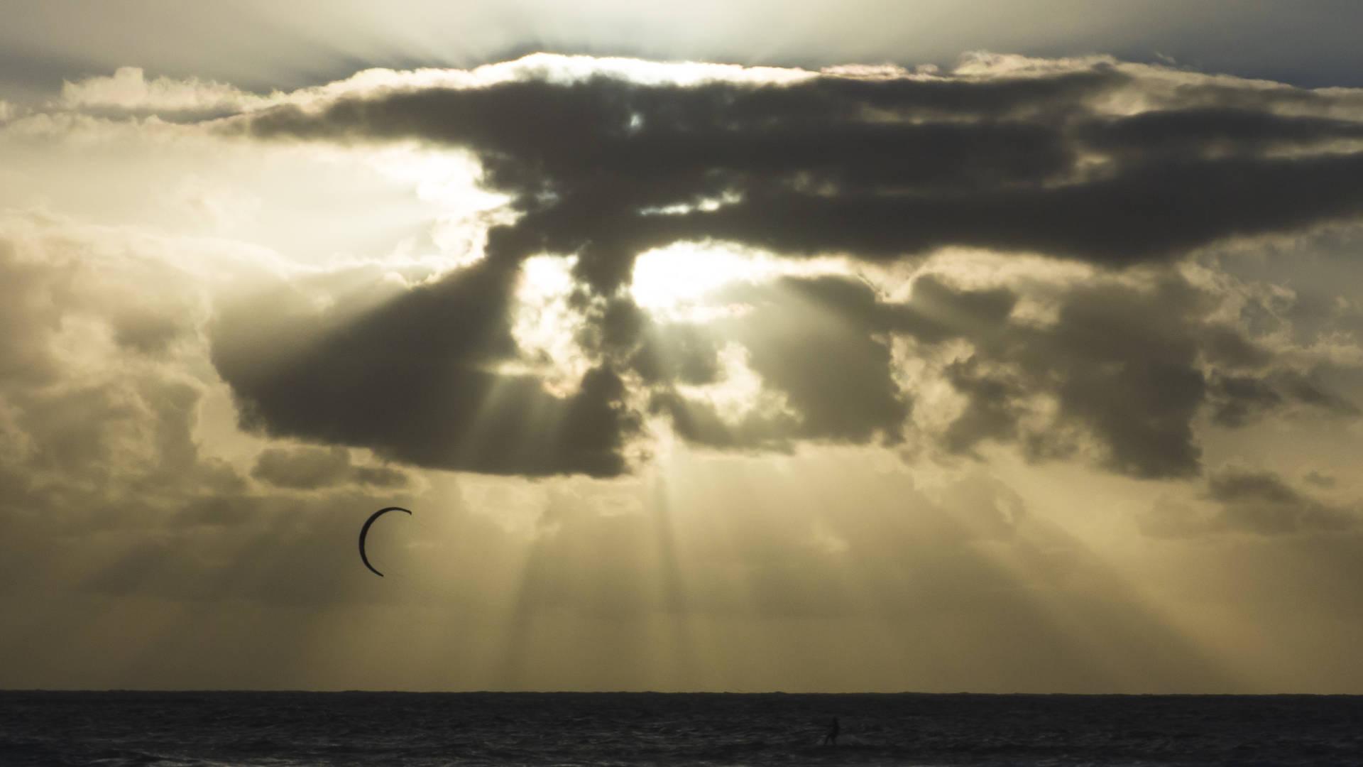 Alleine mit den Naturgewalten –Kitesurfen bei Sonnenuntergang auf Fuerteventura.