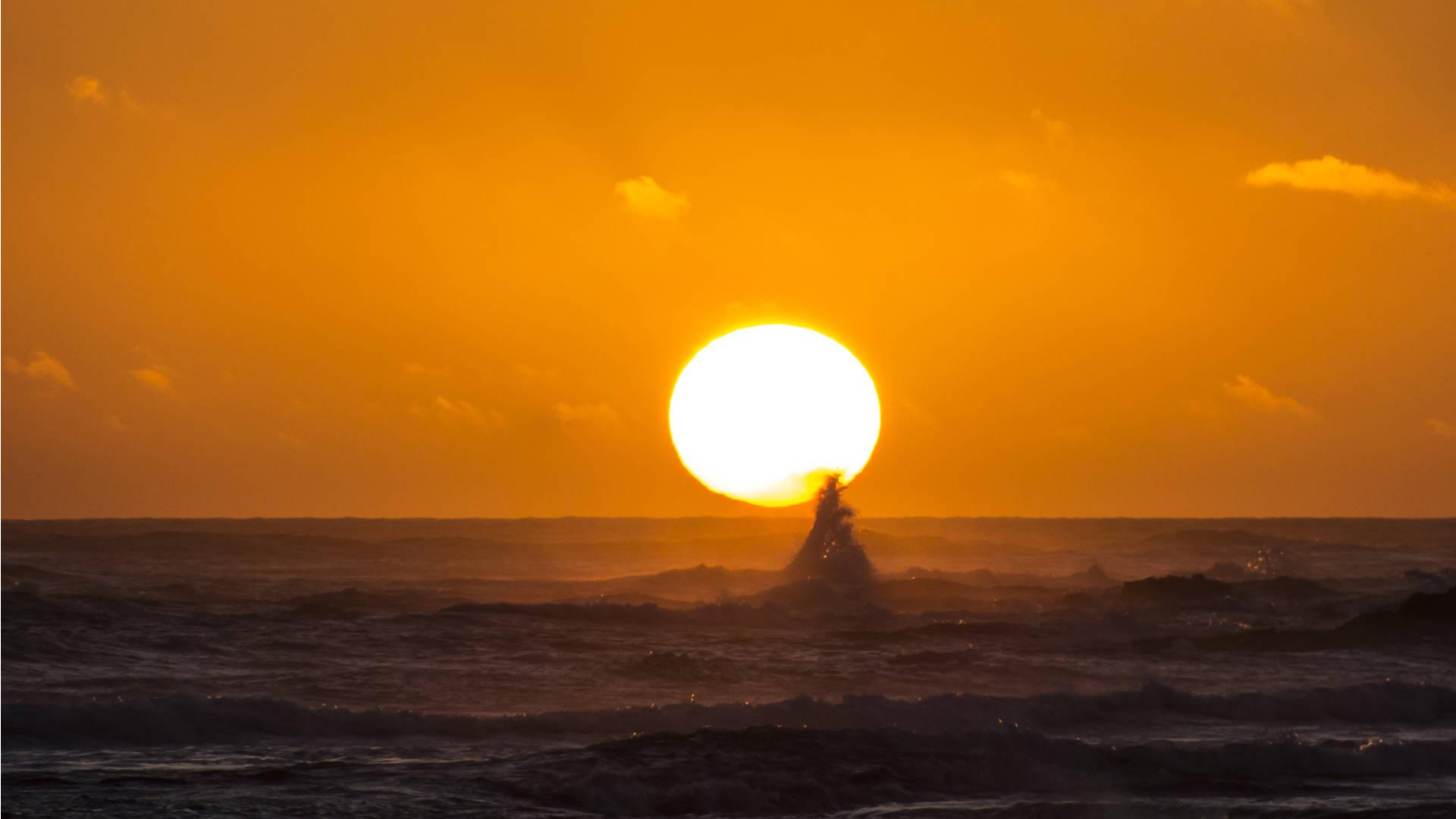 Traumfoto für viele Touristen –der Feuerball sinkt ins Meer.
