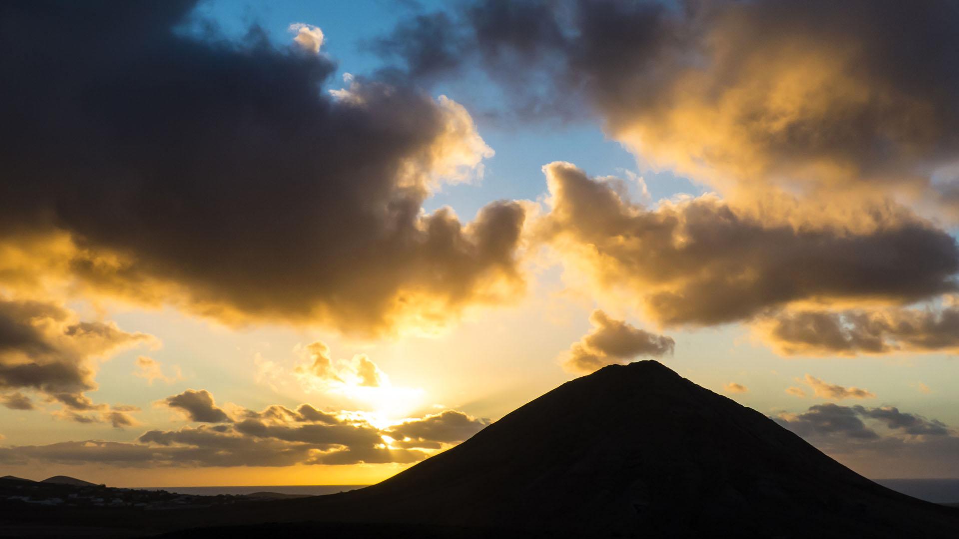 Neben der FV-10 –der Tindaya bei Sonnenuntergang.