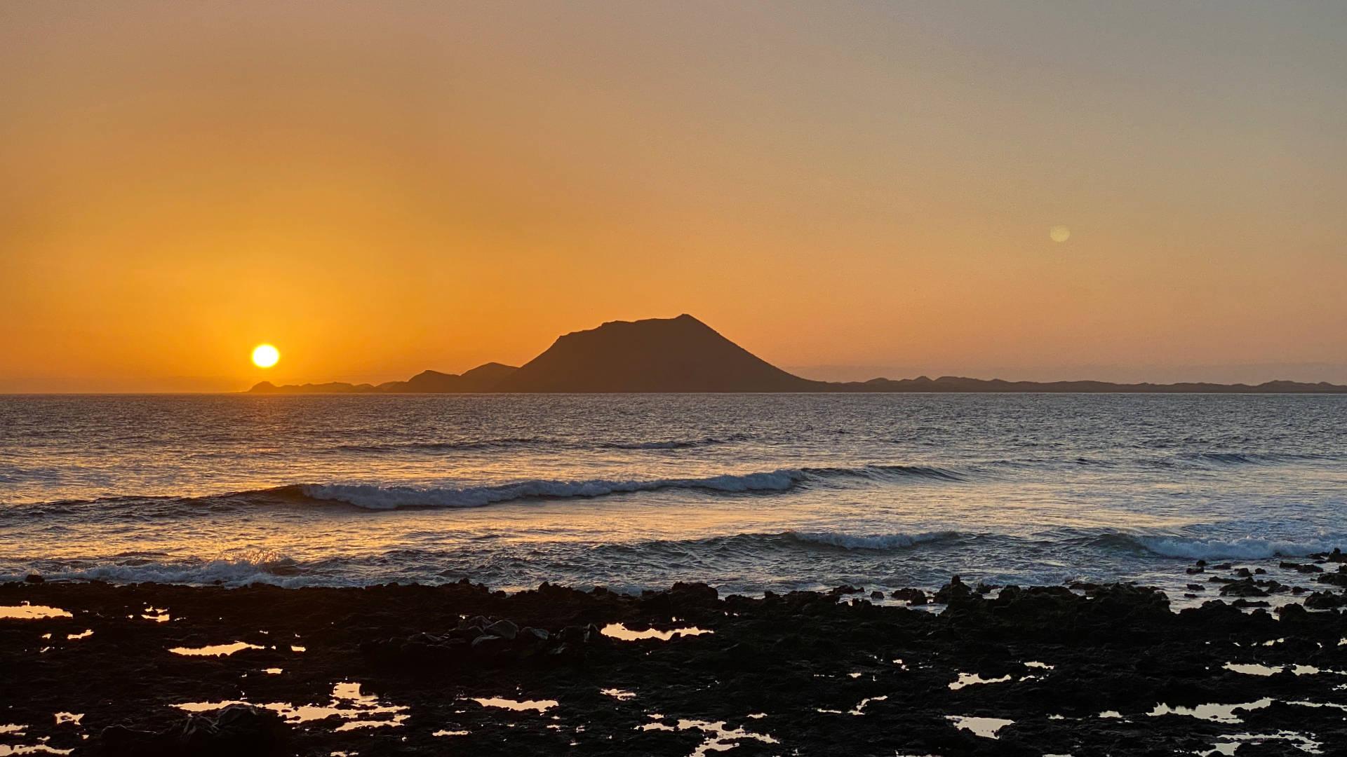 6:48 Uhr – die Sonne geht über der Isla de Lobos auf.