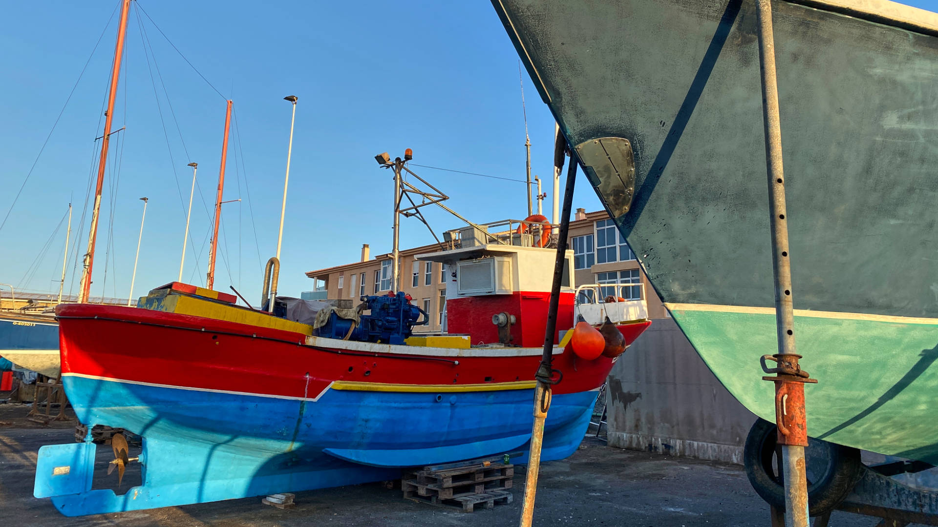 Neuer Anstrich für Fischerboote –bunt sollte es sein.