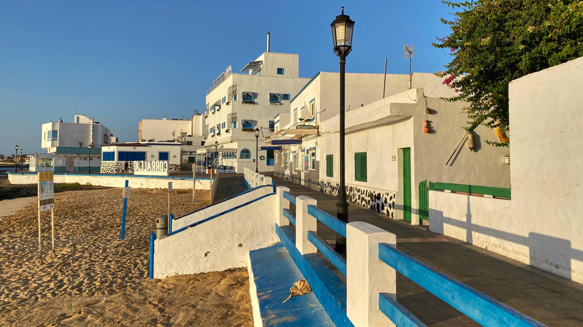 Einsam liegt der Playa de la Clavellina in der Morgensonne.